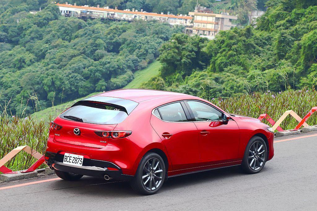 要把新Mazda 3掀背車型的照片拍得好看確實很難,因為照片始終無法呈現車尾最全...