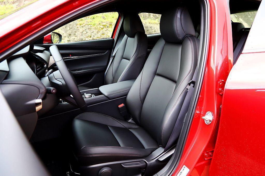 新Mazda 3對於乘坐感下足改進功夫,利用行走時身體能自主抵消震動與維持平衡的...