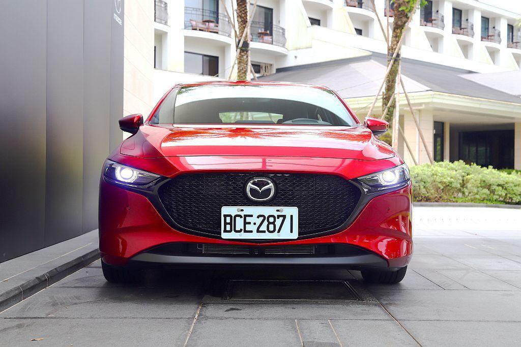 新Mazda 3車頭面積更放大的黑色水箱護罩,搭配細長LED頭燈與兩側上揚的黑色...
