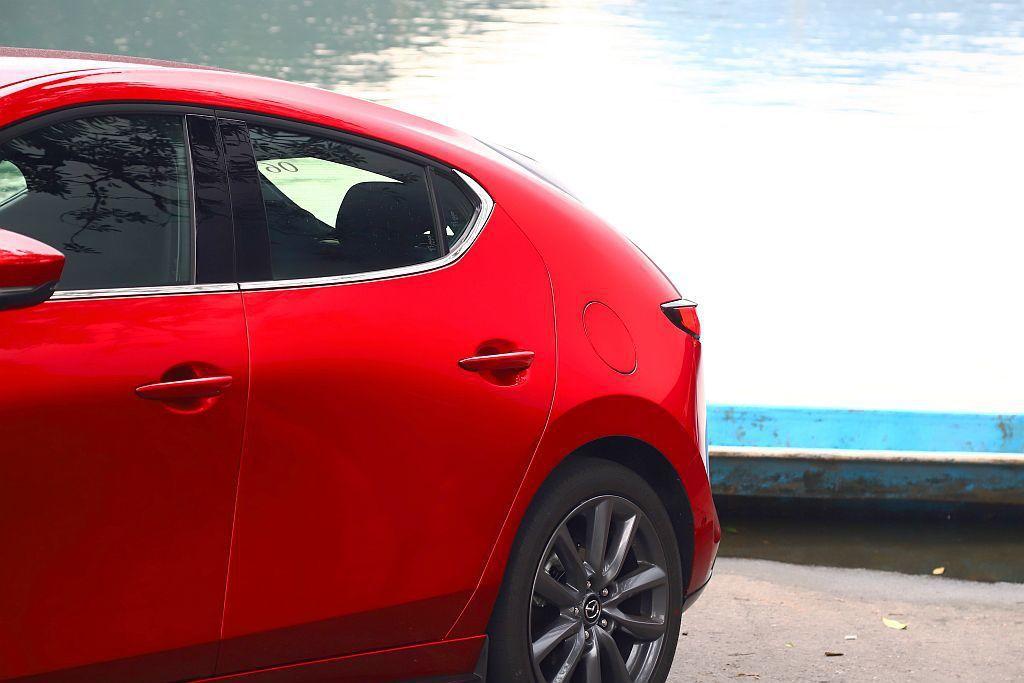 新新Mazda 3的C柱採用特殊鈑件轉折手法,不僅完美收合車尾更帶出層次分明的動...