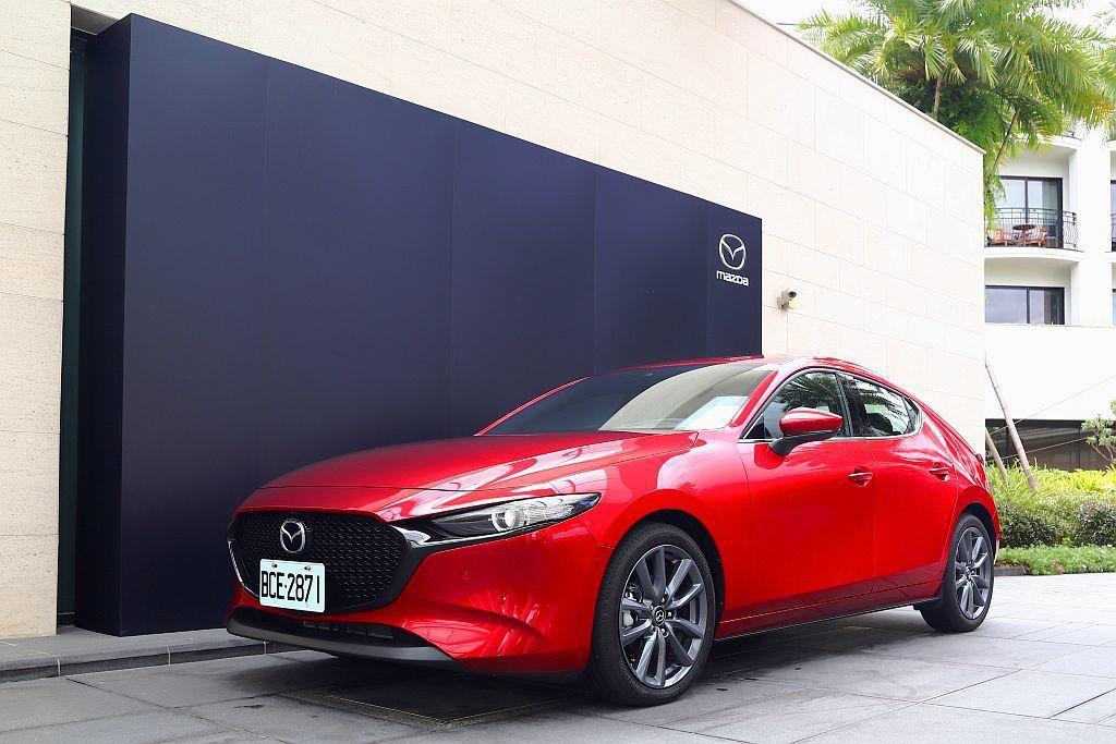 與第三代Mazda 3不同的是,多數人都認為新Mazda 3的房車比五門掀背好看...