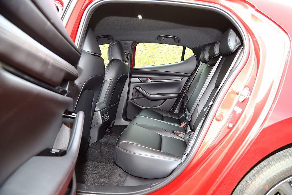 新Mazda 3透過軸距拉伸來改善後座空間,不過為了更好的乘坐舒適性,後座椅面、...