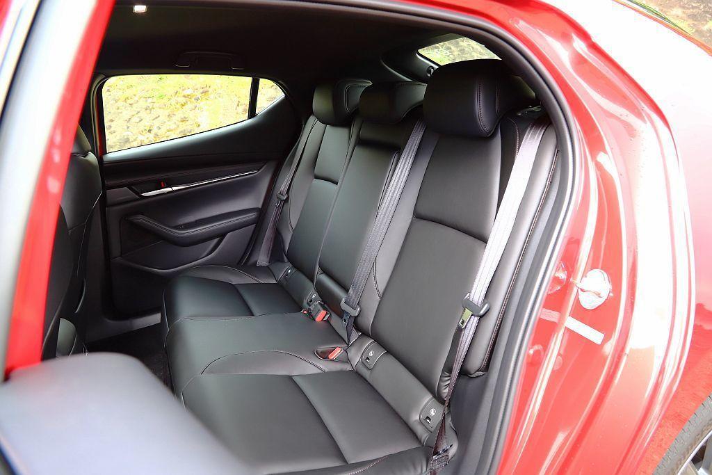 黑色的車艙氛圍加上沒天窗及較小的後窗面積,使車艙空間感進一步被壓縮。 記者張振群...