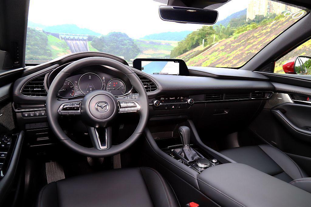 新Mazda 3控台採多層次平行線條並縮減按鈕數量,整體視覺感舒適許多。 記者張...