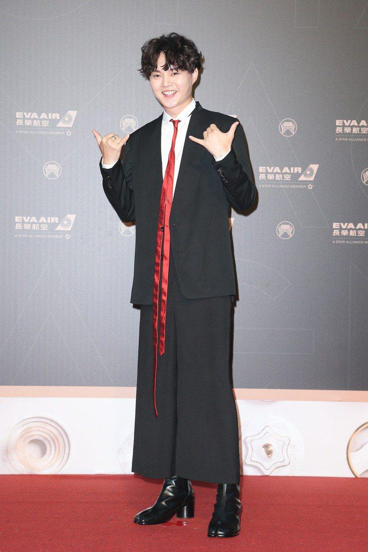 第30屆金曲獎,入圍最佳台語男歌手獎的許富凱走星光大道。 記者陳立凱/攝影 王騰...
