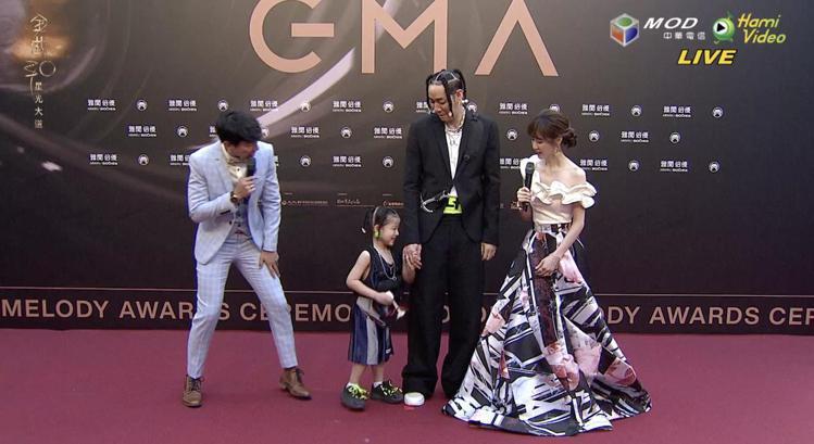 陳星翰帶小孩上紅毯。圖/翻攝自Hami Video 陳建嘉
