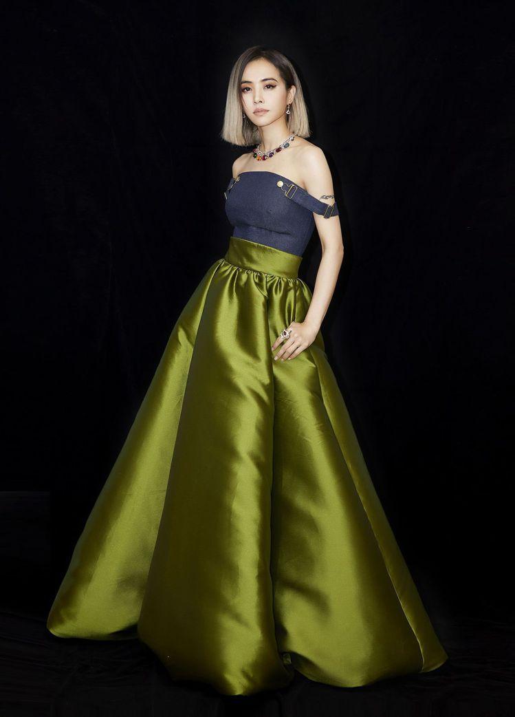 不走金曲紅毯的蔡依林,觀禮時選穿Brandon Maxwell禮服,配戴寶格麗珠...
