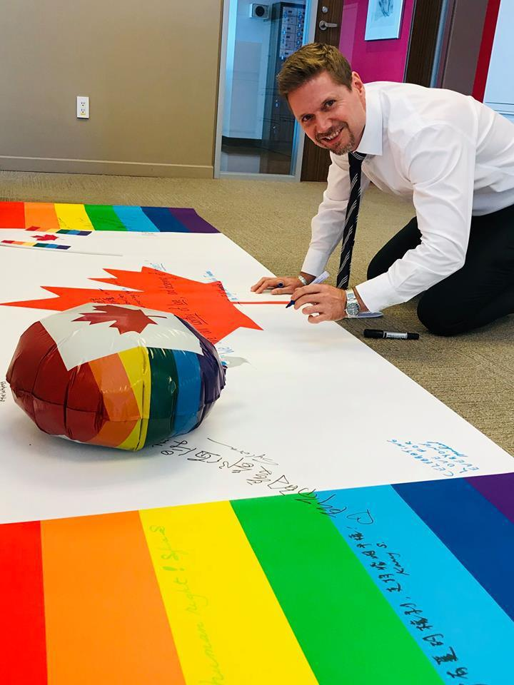 加拿大駐台代表芮喬丹去年力挺同志大遊行,在辦事處準備的彩虹旗上寫下祝福。圖/取自...