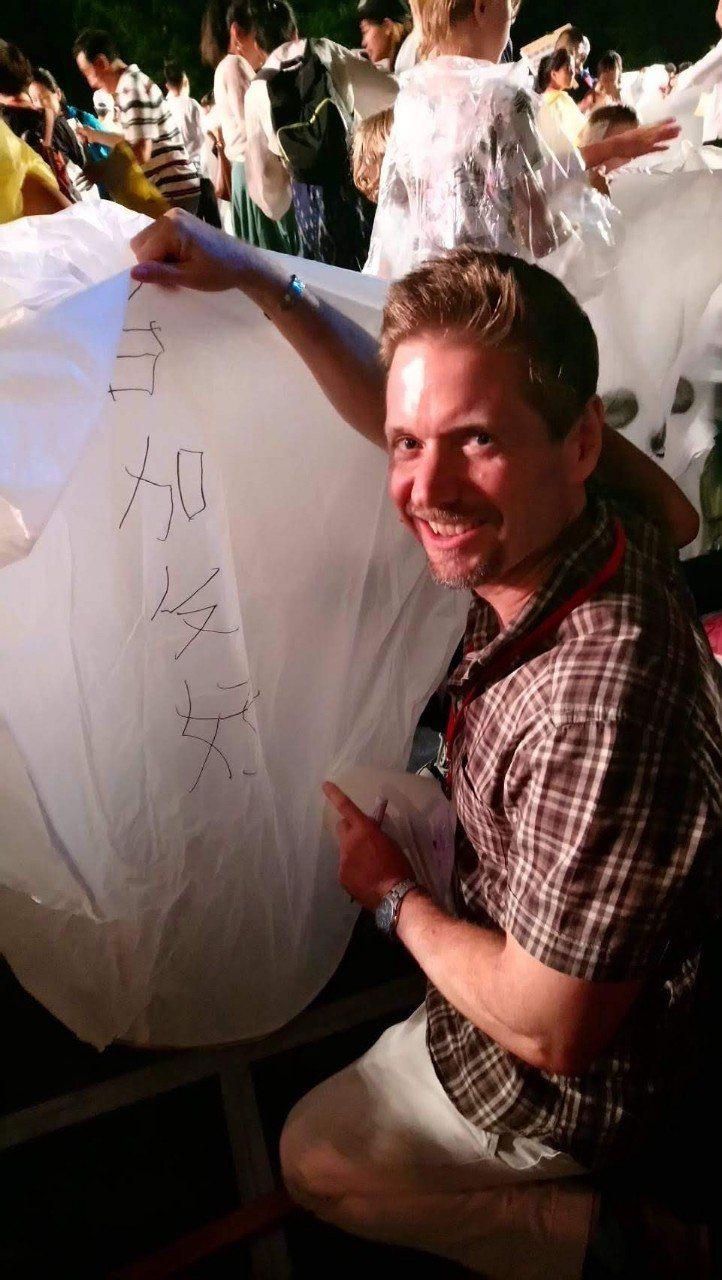 加拿大駐台代表芮喬丹到平溪放天燈,在天燈上寫下「台加友好」。圖/加拿大駐台北貿易...