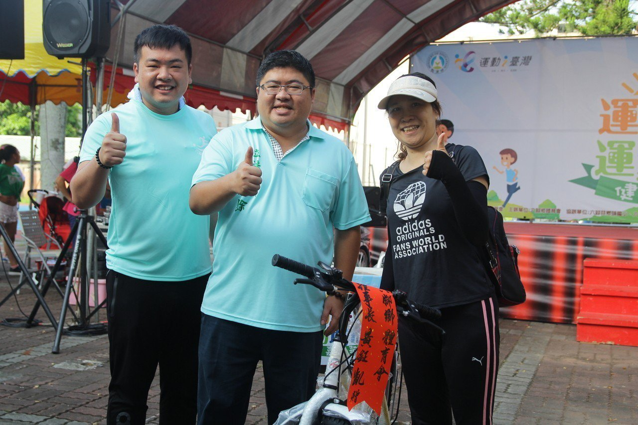 立委蔡易餘(中)抽出幸運參賽者,獲贈1輛腳踏車。。圖/嘉義縣政府提供