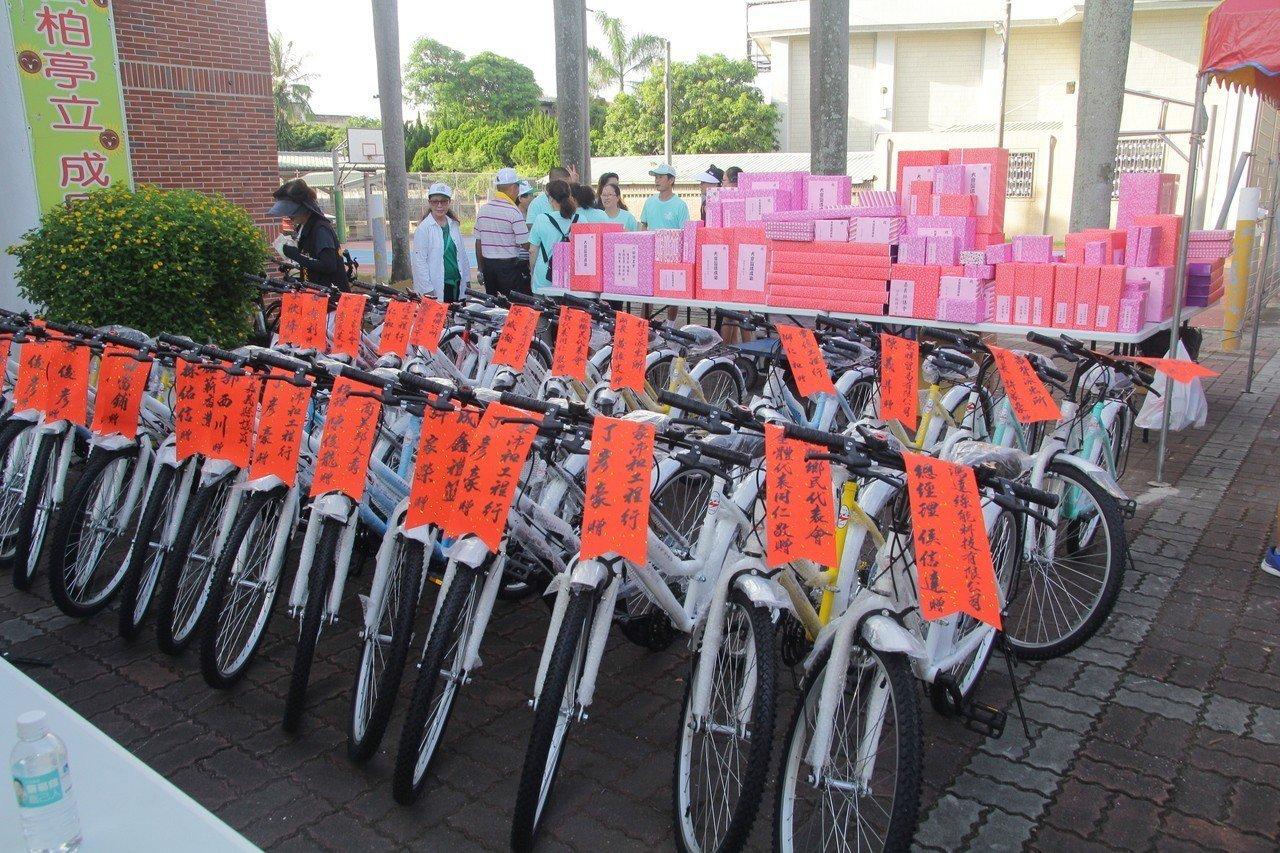 嘉義縣六腳鄉體育會今天在蒜頭國小,舉辦「健走嘉年華」,送出33輛腳踏車。圖/嘉義...