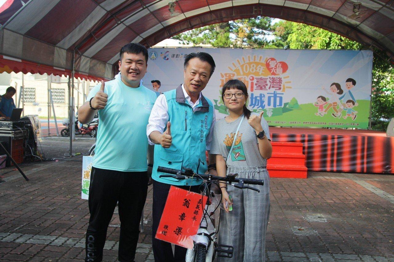 翁章梁(中)抽出幸運參賽者,獲贈1輛腳踏車。圖/嘉義縣政府提供