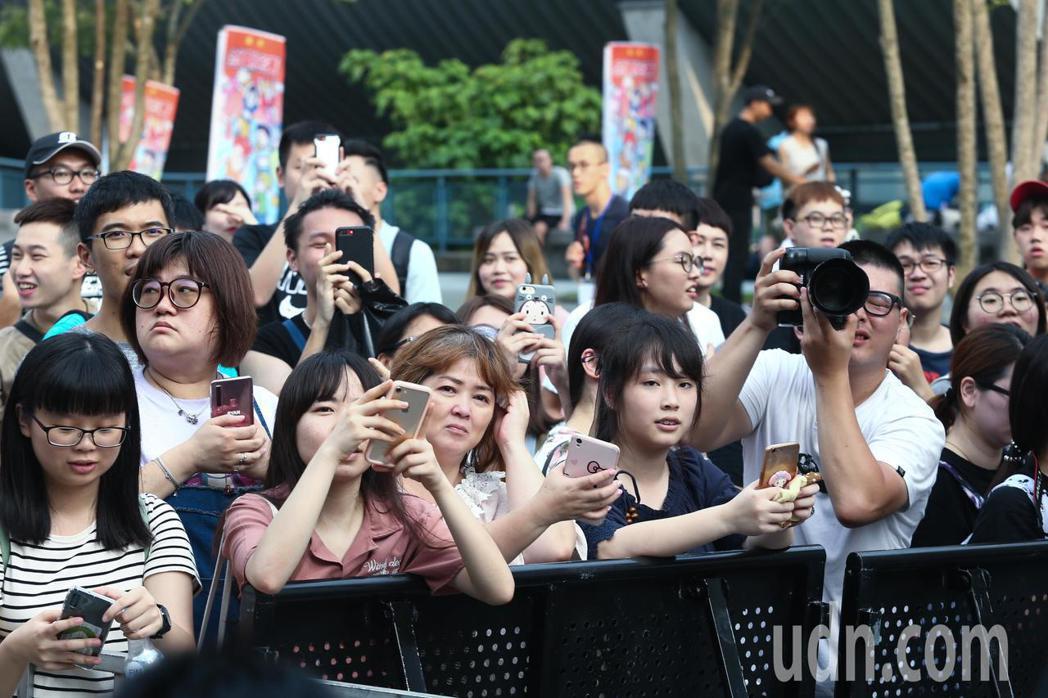 金曲星光大道外已有許多民眾圍觀拍照。記者曾原信/攝影