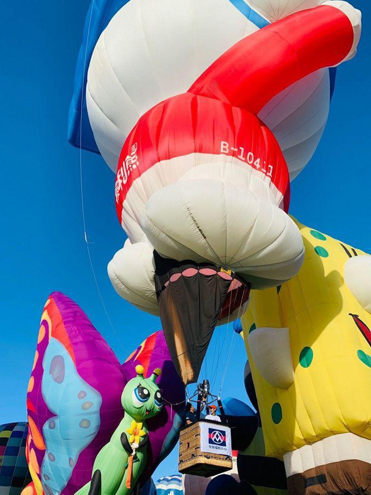 福利熊好麻吉呂思緯鼓鼓在台東體驗搭乘最萌的「福利熊造型熱氣球」。圖/全聯提供