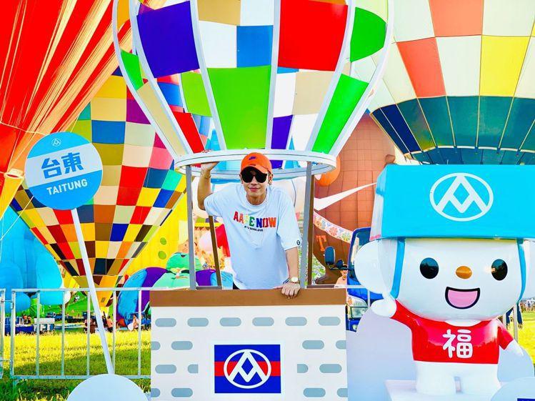鼓鼓與福利熊熱氣球裝置開心合影,邀請粉絲到台東過暑假。圖/全聯提供