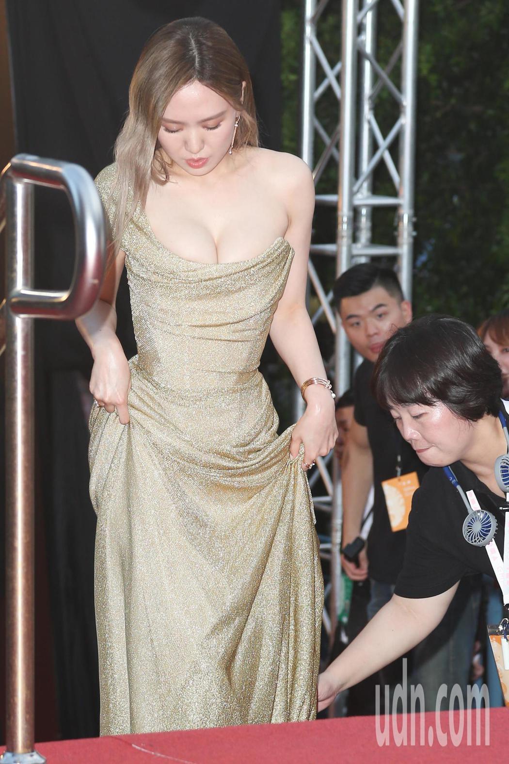 第30屆金曲獎,入圍四項大獎的孫盛希穿著爆乳裝走星光大道。記者陳立凱/攝影