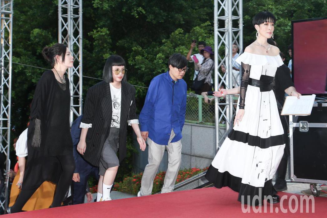 第30屆金曲獎,評審團主席陳珊妮(右一)率領評審團走星光大道。記者陳立凱/攝影
