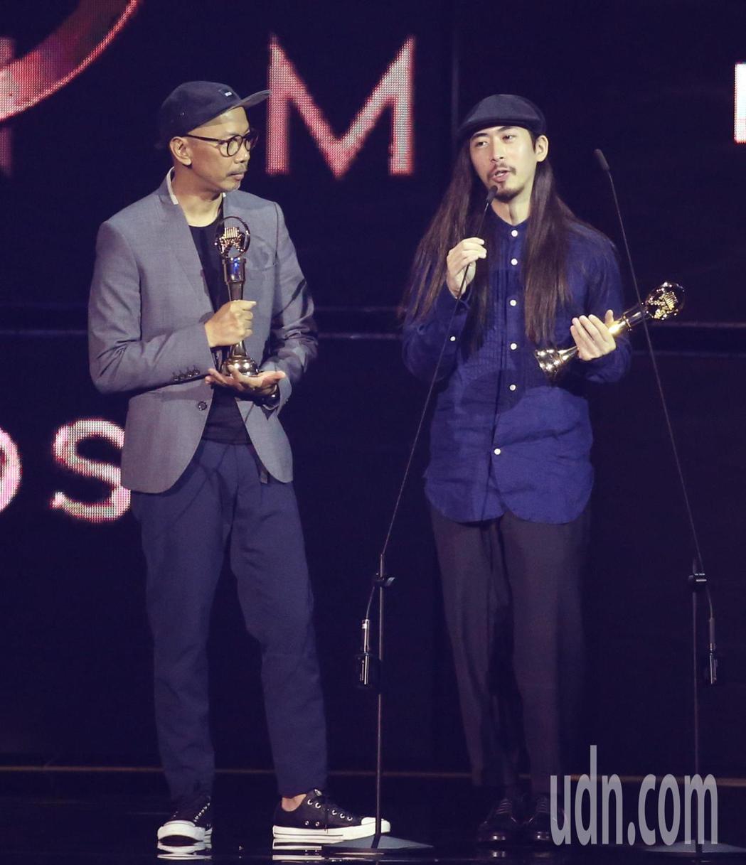 第30屆金曲獎,最佳裝幀設計獎由黃家賢(左)、楊豐銘獲得。記者林伯東/攝影