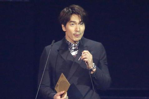 言承旭擔任金曲「最佳裝幀設計獎」頒獎人。