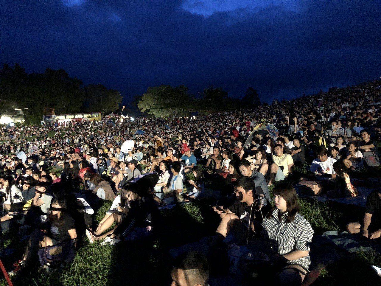 熱氣球光雕音樂會吸引逾萬民眾湧入鹿野高台,草皮上人山人海。記者尤聰光/攝影