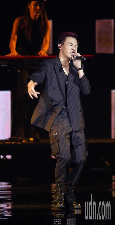 ØZI在金曲獎演出。