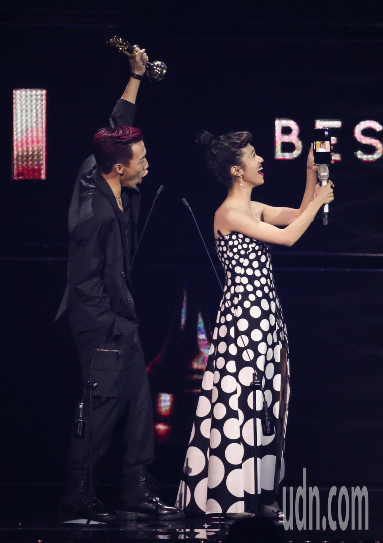 第30屆金曲獎,最佳新人獎由ØZI(左)獲得,主持人Lulu和ØZI的媽媽連線視...