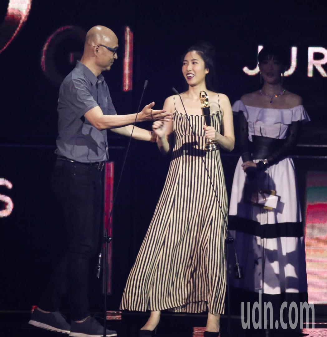 第30屆金曲獎,評審團獎由王若琳(右)獲得與父親王治平一同領獎。記者林伯東/攝影