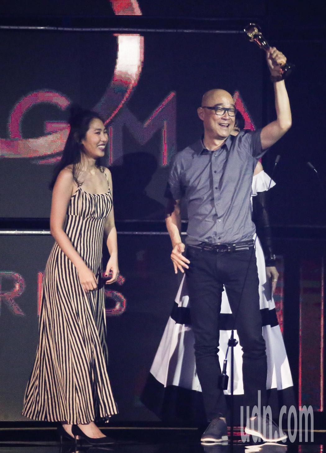 第30屆金曲獎,評審團獎由王若琳(左)獲得與父親王治平一同領獎。記者林伯東/攝影