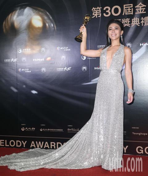 第30屆金曲獎,最佳作曲人獎由艾怡良獲得,他也開心的親吻獎盃。