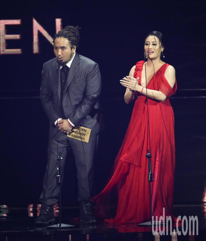 紀曉君(右)與Matzka擔任金曲頒獎人。記者林伯東/攝影