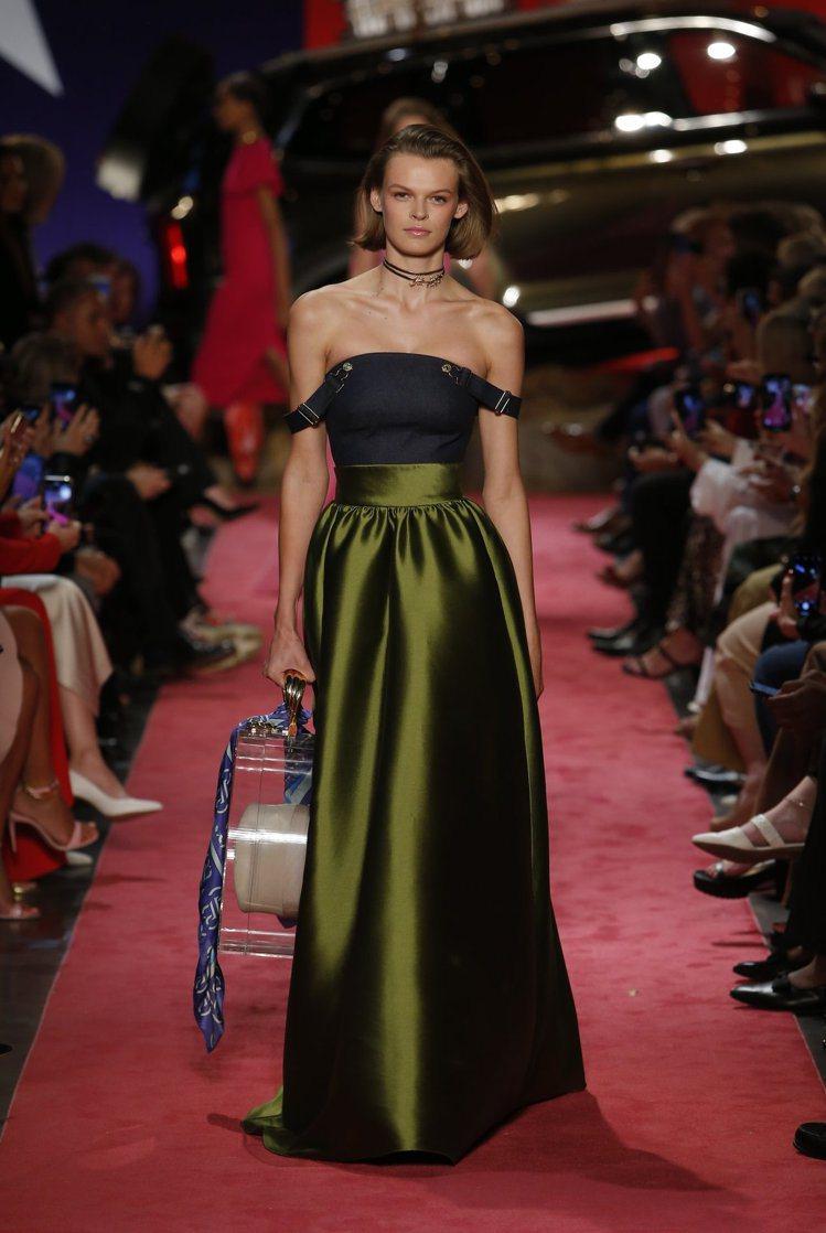 Brandon Maxwell春夏系列牛仔布拼接禮服,以不同材質堆疊出質感,並有...