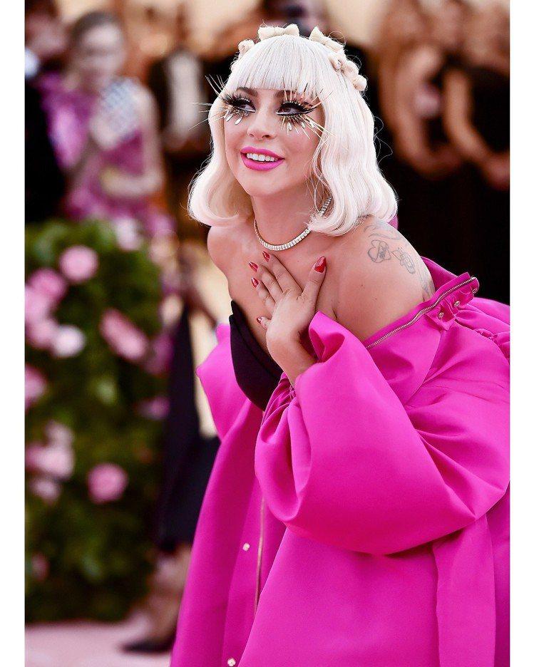 Lady Gaga在今年Met Gala搭配Tiffany珠寶,身上桃紅色禮服也...