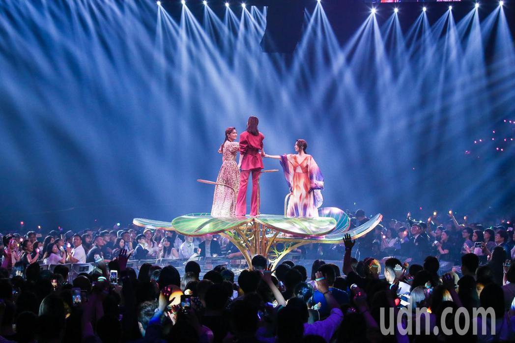 第30屆金曲獎,SHE登上花式舞台帶來夢幻的演出。記者林伯東/攝影