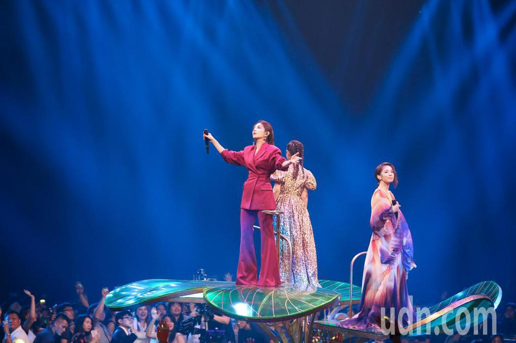 第30屆金曲獎,S.H.E登上花式舞台帶來夢幻的演出。記者林伯東/攝影
