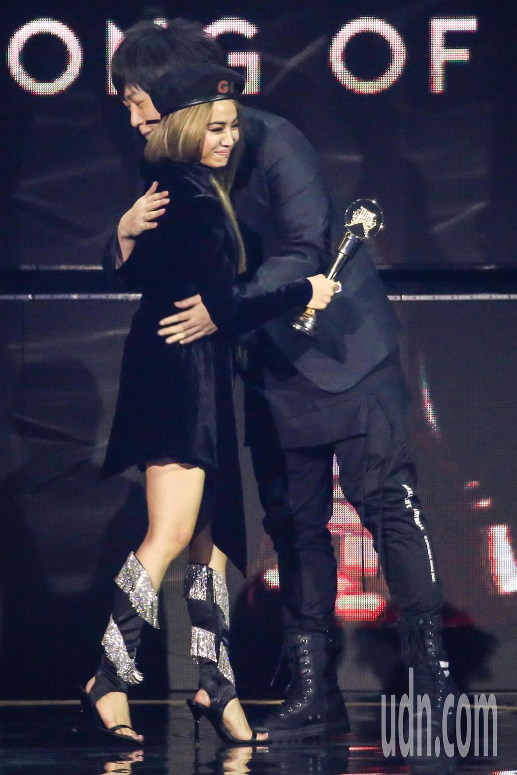 第30屆金曲獎,年度歌曲獎由蔡依林(左)以「玫瑰少年」獲得,與頒獎人「緋聞網友」