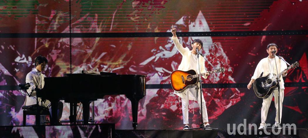 蔡旻佑(左)與柚子在金曲表演。記者林伯東/攝影