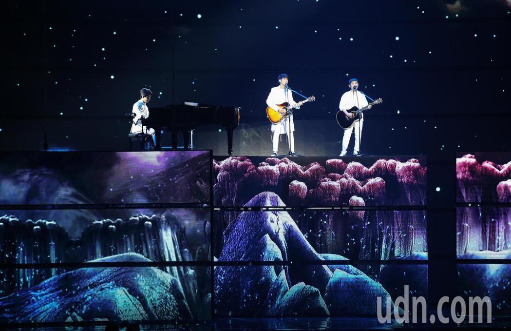 蔡旻佑與柚子在金曲表演。記者林伯東/攝影