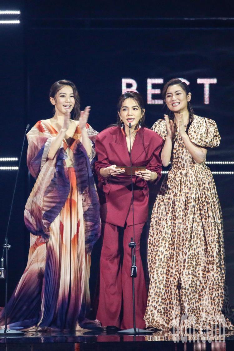 第30屆金曲獎,S.H.E擔任頒獎人。記者林伯東/攝影