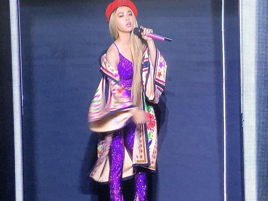蔡依林在格子舞台中熱舞。記者許晉榮/攝影