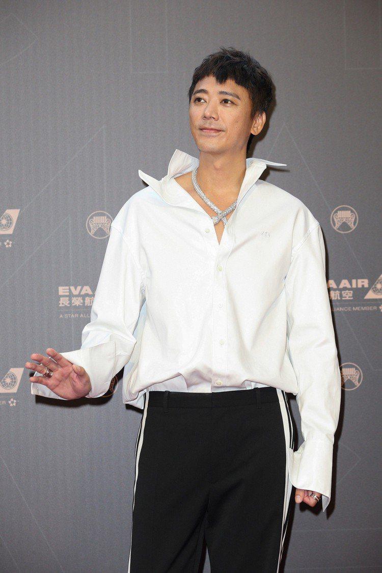 行頭打敗眾多女星的蘇見信(信)以Balenciaga的翻領白襯衫,搭配了Bvlg...