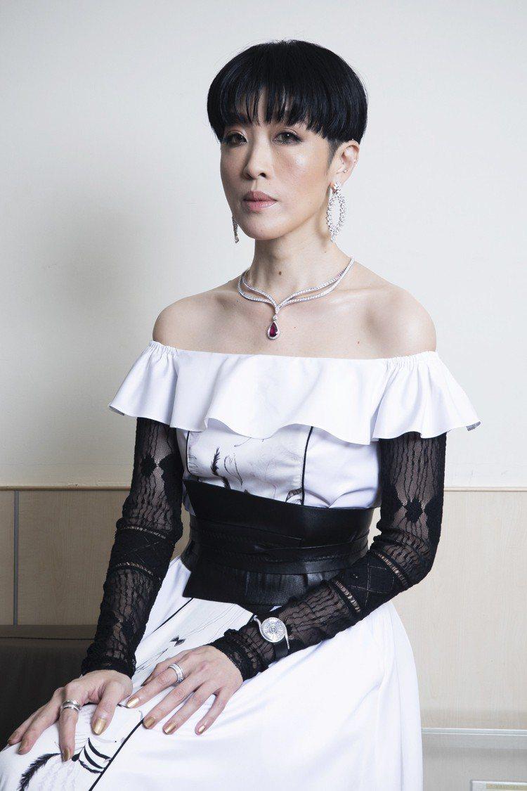 陳珊妮身穿CherngDesigh的黑白相間服裝,搭配了Piaget的高級珠寶,...