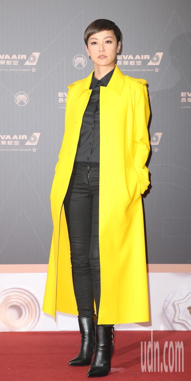 何韻詩穿Bottega Veneta黃色大衣,以和香港同在的心情而穿搭。記者陳立...