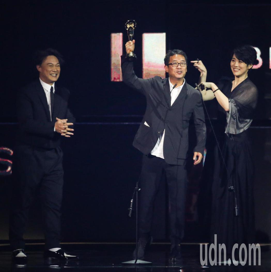 第30屆金曲獎,最佳專輯製作人獎由王雙駿獲得,陳奕迅代領。記者林伯東/攝影