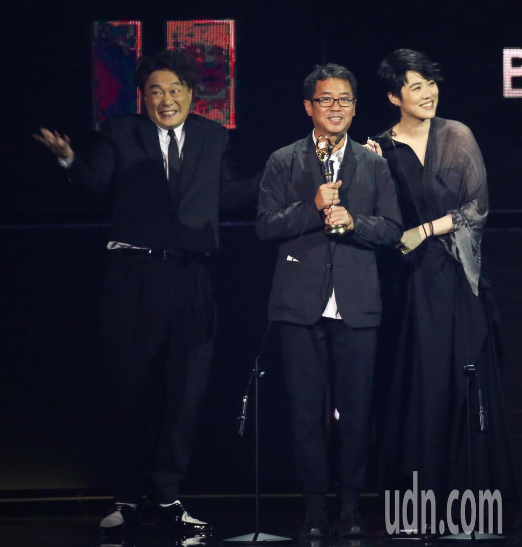 第30屆金曲獎,最佳專輯製作人獎由王雙駿獲得,陳奕迅(左)代領。記者林伯東/攝影