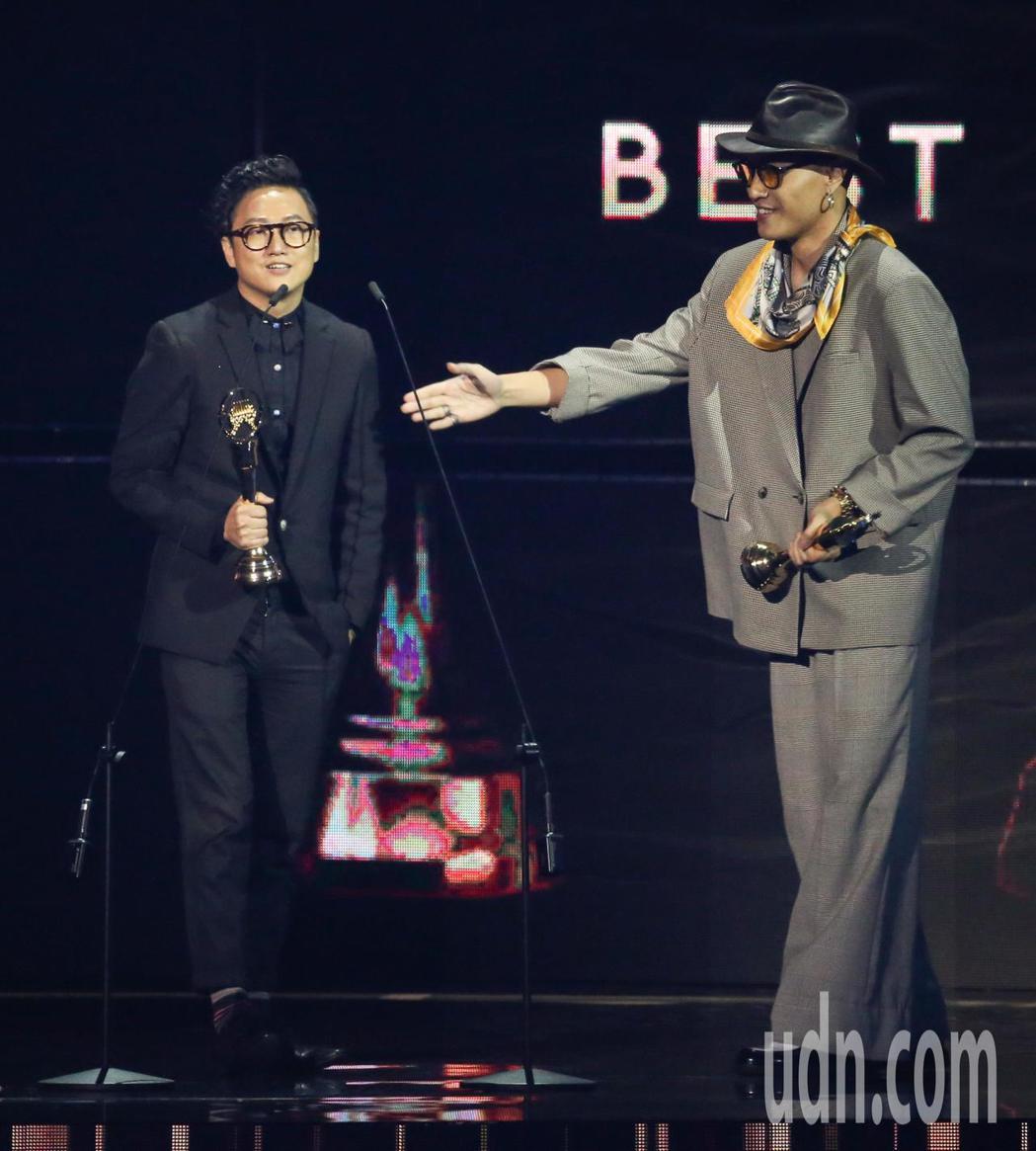第30屆金曲獎,最佳單曲製作人獎由余佳倫(左)、黃宣獲得。記者林伯東/攝影