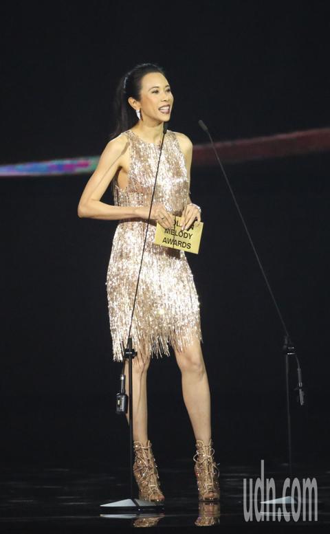莫文蔚擔任金曲頒獎人。