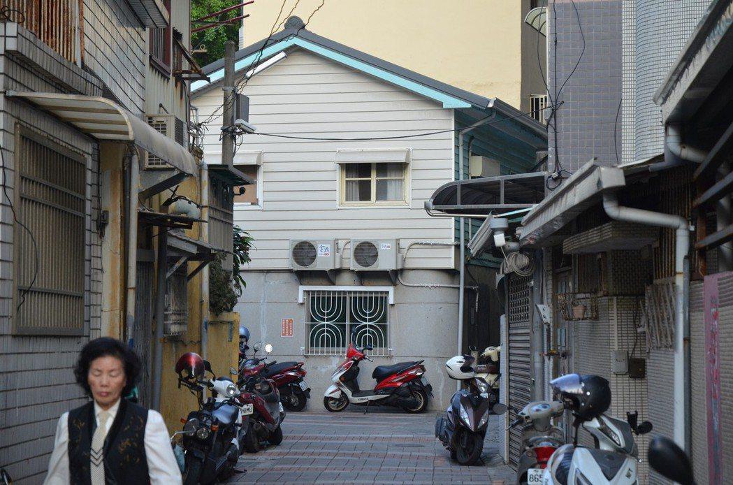 台南市區小巷多,阻擋風的流動,加上不少冷氣室外機都附掛在低矮處,造成夏季體感溫度...
