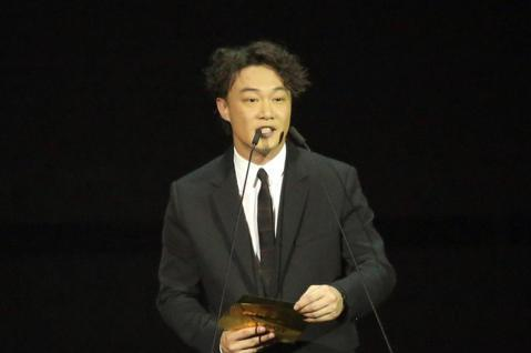 陳奕迅擔任金曲頒獎人。