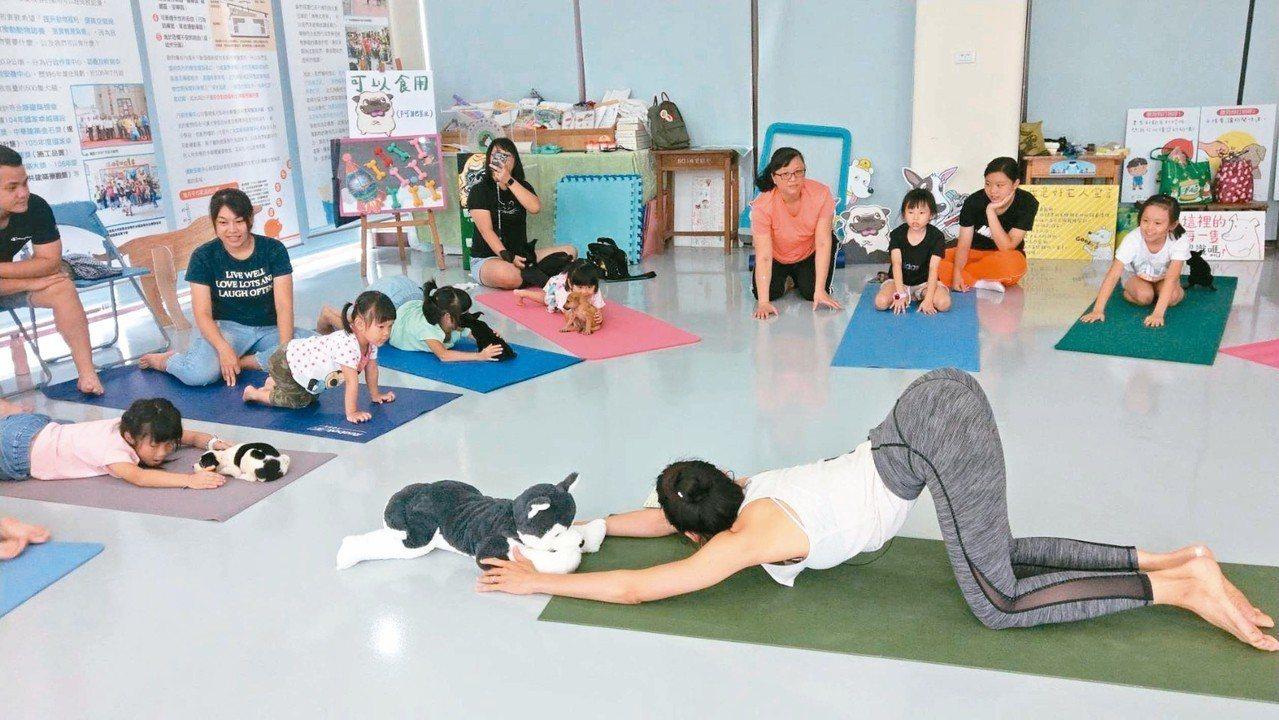 高雄市動物保護處昨天在燕巢動物保護關愛園區開「狗狗瑜伽(Doga)」課程,吸引不...
