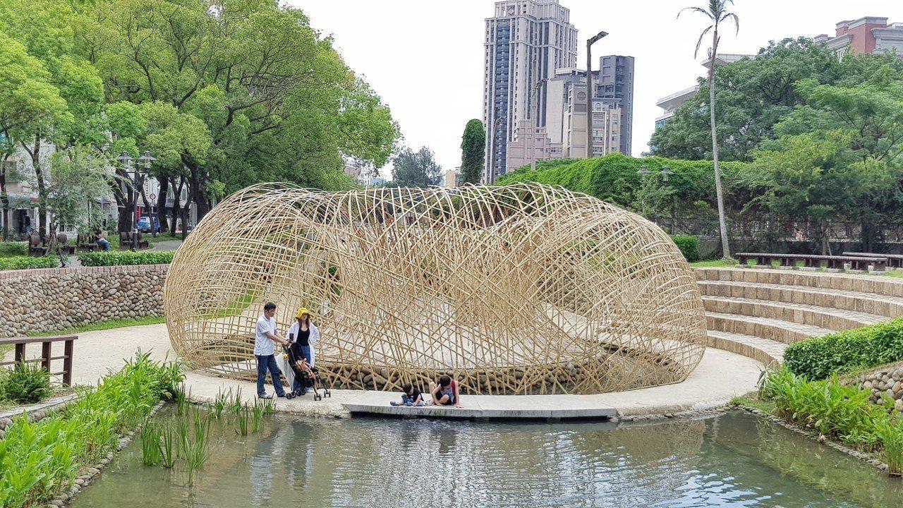 新竹市護城河的竹構築TOROO展現出編織般的柔軟優美型態。 記者黃瑞典/攝影